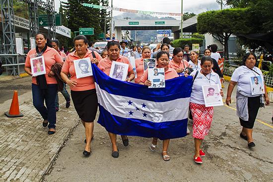 La caravana de madres ingresa por el puerto fronterizo de La Mesilla. 15 de noviembre de 2016. | Foto: Consuelo Pagaza / MMM.