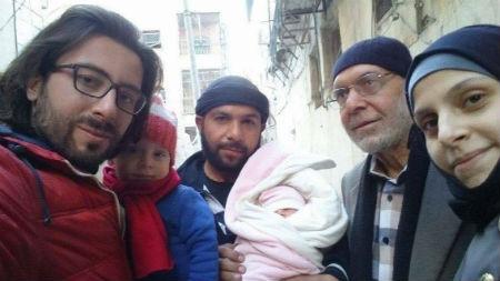 Gnaid, en el centro, con su hija recién nacida y su familia. Foto utilizada con permiso.