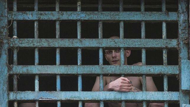 Dos prisioneros miran a través de los barrotes de su celda en la prisión. Foto: eldiario.es