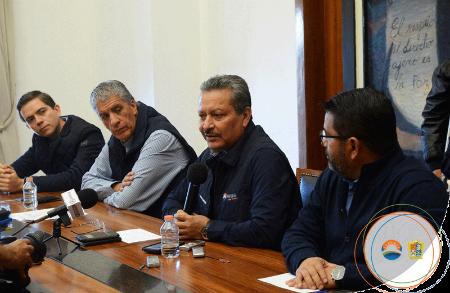 En el micrófono, al centro, el alcalde Ricardo Ortiz Gutiérrez. | Foto: presidencia municipal de Irapuato.