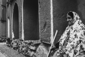 Portada-Anciana-Foto Steven Su-(@xpsteven)-Unsplash-1600x (1)-min