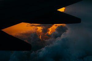 Portada-Avión Nubes-Foto Tom Barrett-(@wistomsin)-Unplash-1600x-(1)-min