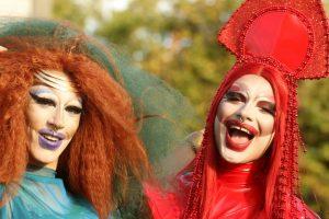 Portada-Drag Queens-Foto Sandy Millar-(@sandym10)-Unsplash-1600x-(1)-min