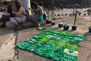 Miembros del Colectivo Feminista Sororidad Guatemala realizan la acción Tejamos por las Niñas en el altar por las víctimas de la tragedia en el Hogar Seguro Virgen de la Asunción en la Plaza de la Constitución. | Foto: Pía Flores / Nómada.