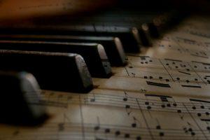 Portada-Música-Pentagrama-Foto Gerd Altmann-Pixabay-1600x-c279333-(1)-min