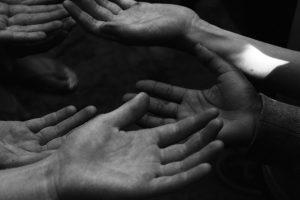 Portada-Manos-Solidaridad-Foto McKenna Phillips-(@ellobeastie)-Unsplash-1600x-(1)-min