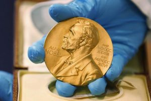 Portada-Medalla Premio Nobel Literatura-Foto El Periódico-1600x-(1)-min--https://www.elperiodico.com/--