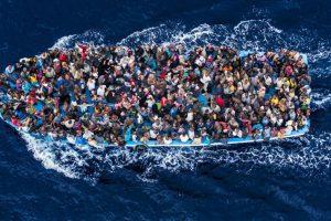 Portada-Migrantes-Lanchas-Acnur-1600x-min