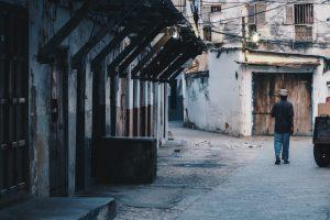 Portada-Pobreza-Foto Javi Lorbada-(@javilorbada)-Unsplash-1600x-(1)-min