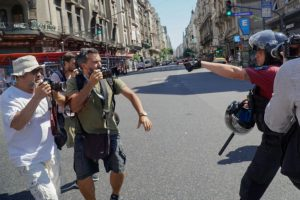 Portada-Policía señala a fotógrafos antes de las detenciones-Foto La Izquierda Diario-Enfoque Rojo-1600x-min