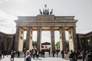 Portada-Puerta de Brandenburgo-Foto Marius Serban-(@twistlemon)-Unsplash-1600x-(1)-min