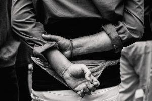 Portada-Secuestro-Tortura-Foto Nicolas Gras-(@armgd)-Unsplash-1600x-(1)-min