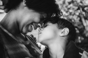 Portada-Madre e hijo-Foto Bruno Nascimento-(@bruno_nascimento)-Unsplash-1600x-(1)-(1)--https://unsplash.com/@bruno_nascimento--