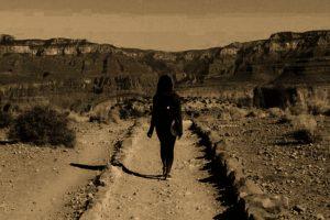 Portada-Mujer migrante-Foto Clay Banks-(@claybanks)-Unsplash-1600x-(2)-(2)--https://unsplash.com/@claybanks--