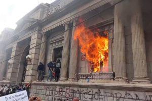 Portada-Quema Congreso Guatemala-Foto marvindaviddelcid-(@marvindelcid)-Twitter-1600x-(9)-(9)--https://twitter.com/marvindelcid--