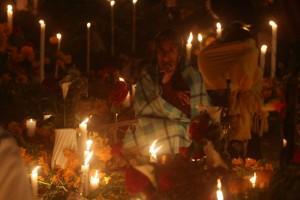 Santa María Atzompa, Oaxaca.- Tal y como lo marca la tradición, pobladores del municipio de Santa María Atzompa acuden durante la madrugada de este primero de noviembre al panteón para la